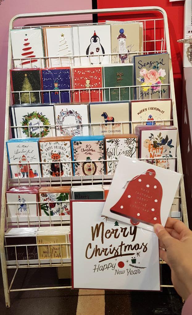 모두가 기다려온 크리스마스를 위한 예쁜 크리스마스 카드들이 입고 되었습니다~  크리스마스 카드 외에도 다양한 카드들이 많이 있으니 고르기만 하면 끝~! 사랑하는 사람들을 위한 소중한 편지를 써보세요^^