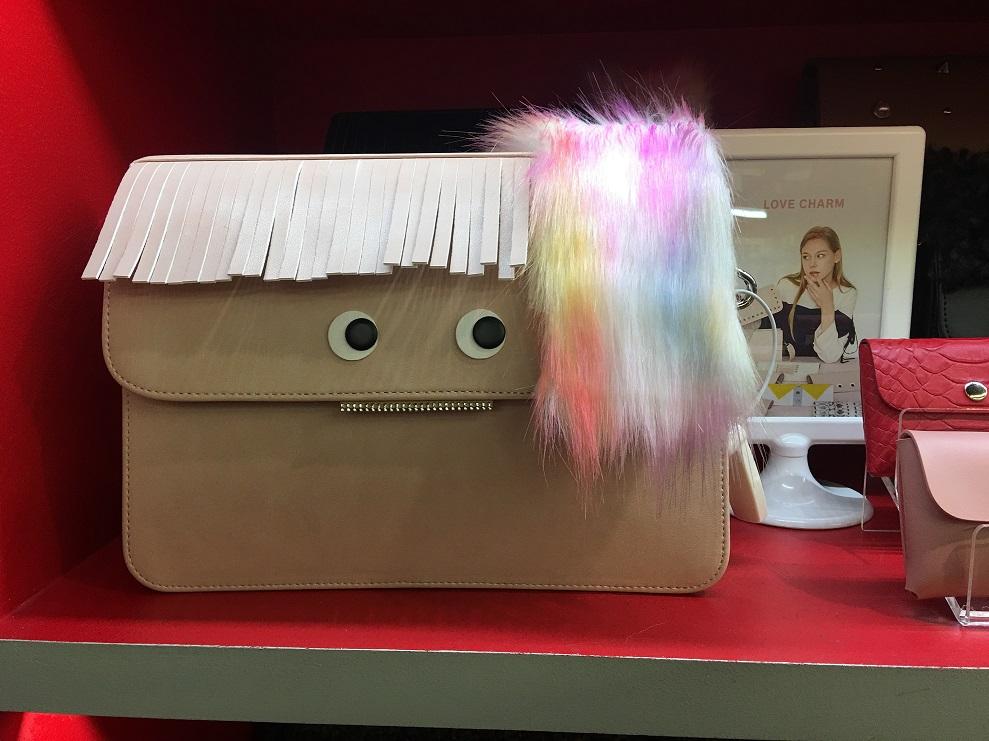 귀여운 표정으로 나를 바라보는 가방을 보세요~