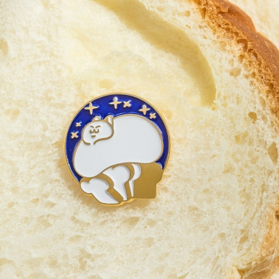 느긋한 식빵뚱냥 금속 뱃지 - 갓 나온 식빵