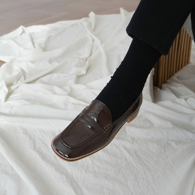 Square toe glossy loafer