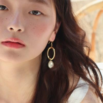 bold frame n pearl earring