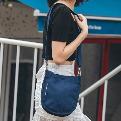 [로아드로아] HALF MOON MINI CROSS BAG (NAVY)_(1097316)