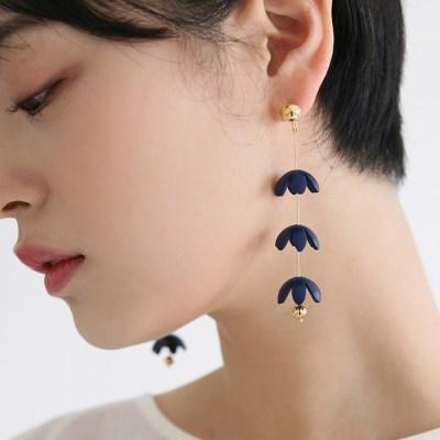 volumetric flower earrings (navy)