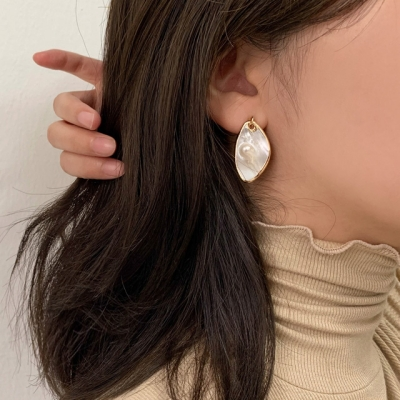 [귀찌가능] 유니크 네츄럴 자개 해수진주 귀걸이