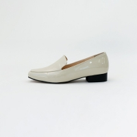 Simple enamel slim loafer