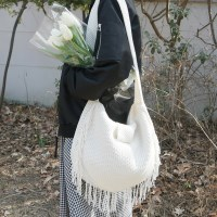 Knit tassel shoulder bag