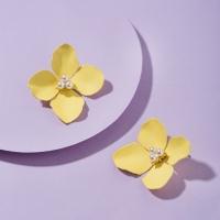 볼드한 진주 꽃잎 귀걸이