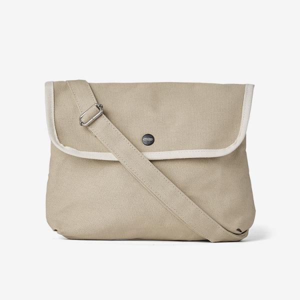 코트 안에 메는 얇고 가벼운 가방